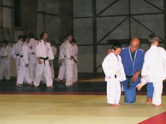 Judokas foulant pour la dernière fois le tatami avant la rep